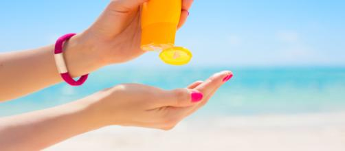 Madre advierte sobre el uso del protector solar en aerosol