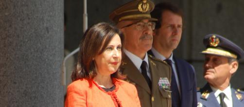 La nueva Ministra de Defensa asiste a su primera formación de honores