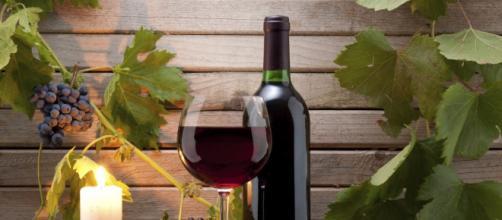 El vino tinto tiene beneficios para la salud.- culturacolectiva.com