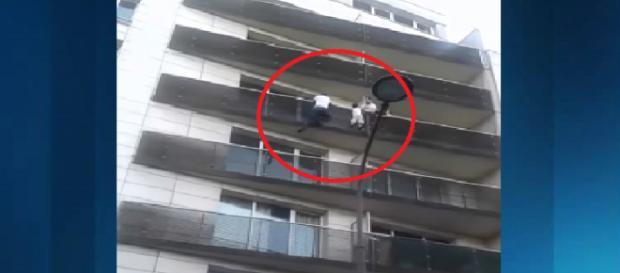 Jovem escala quatro andares e salva criança que estava pendurada em prédio (Foto: Reprodução/Youtube)