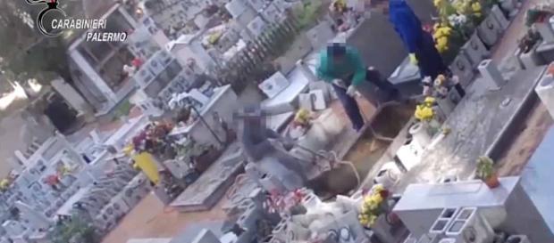 Palermo, gettavano ossa dei defunti nel cemento.