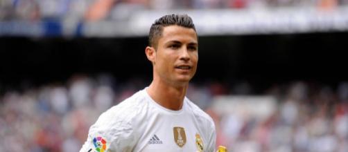 """Cristiano Ronaldo in posa dopo aver ricevuto la """"Scarpa D'oro"""" - fonte: calciomercatonews.com"""