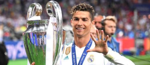 Cristiano Ronaldo posa con su quinta Champions