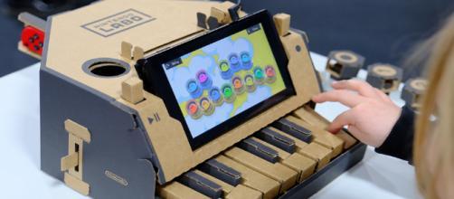 El nuevo producto de Nintendo permite hacer música con un piano de cartón.