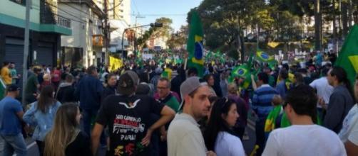 Manifestantes bloqueiam entrada de quartel em Porto Alegre
