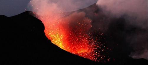 Vulcani, Stromboli in eruzione: forte sequenza esplosiva, ecco le ... - meteoweb.eu