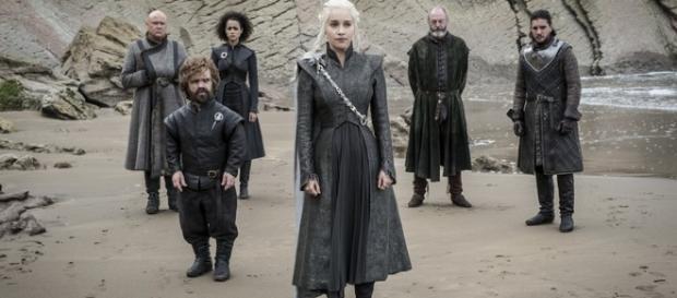 Emilia Clarke y Kit tienen encuentro casual en la serie.