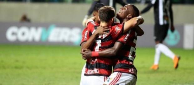 Flamengo vence o Atlético-MG e é líder do Brasileirão