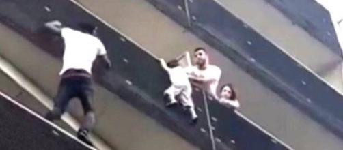 Ele escalou o prédio para salvar uma criança. (Captura de vídeo))