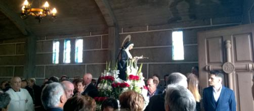 La imagen de santa Rita sale en procesión en Os Liñares, Ourense