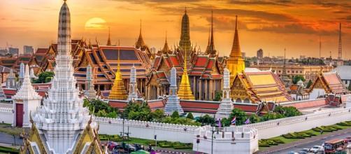 Na imagem, o Grand Palace situado em Bangkok, onde é possível visitar o templo Wat Phra Kaew, além de muitas outras construções incríveis