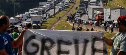 Várias rodovias pelo Brasil continuam bloqueadas