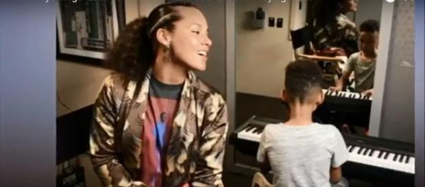 Alicia Keys makes beautiful harmony with her son that the world needs to hear. Screencap BlueMag/YouTube