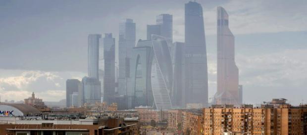 Russia, lastra di vetro cade dal grattacielo