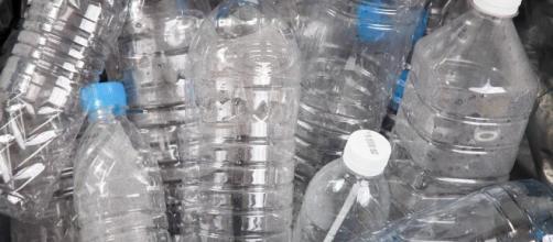 alrededor de 100 mil millones de botellas de agua de plástico se utilizan en todo el mundo, pero solo el 30 por ciento se reciclan.