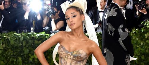 Ariana grande recibe críticas por novio que padece una enfermedad mental