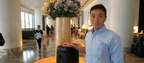 El fundador de Forward X, Nicholas Chee, con el Ovis, una maleta robot autodirigida.
