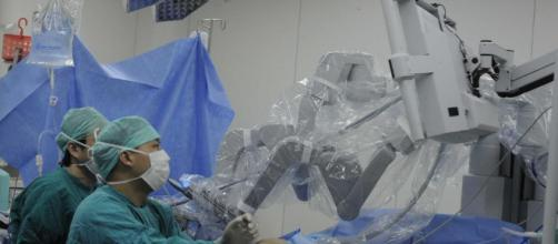 El Sistema quirúrgico da Vinci permite que la cirugía se realice utilizando manipuladores robóticos.