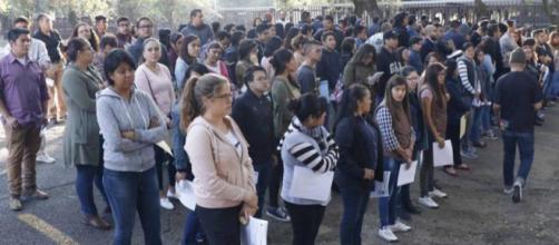 Los estudiantes esperan para escribir los exámenes de ingreso en IPN el fin de semana.