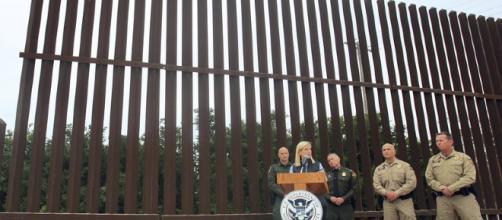 Trump propone 18.000 millones para muro con México - apnews.com
