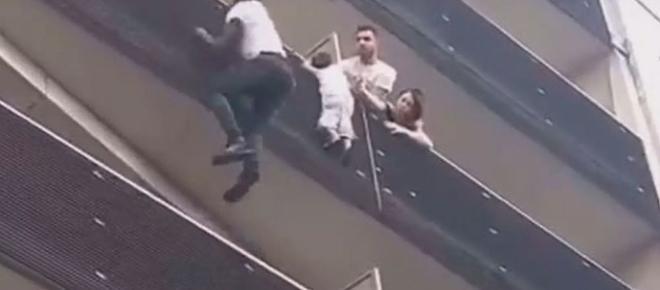 'Homem Aranha' escalou prédio em 30 segundos e salvou criança
