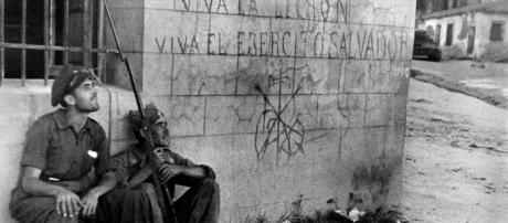 Gerda Taro: Two Republican soldiers in front of wall with rightist ... - pinterest.es