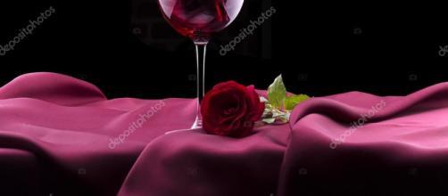 Copa de vino tinto y rosa negro — Foto de stock © boule1301 #30233127 - depositphotos.com