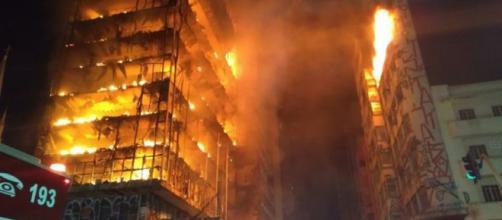 Em uma tragédia anunciada, prédio pegou fogo e caiu no Centro de São Paulo