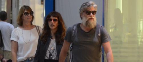 Fábio e Assunção e Maria Ribeiro são fotografados juntos, no aeroporto