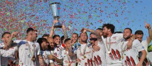 I calciatori del Foggia alzano al cielo la Supercoppa di Lega Pro dopo aver espugnato per 2-4 Venezia il 27 maggio 2017