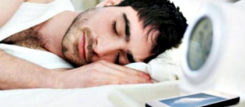 Riesgos de dormir con el celular cerca de la cama
