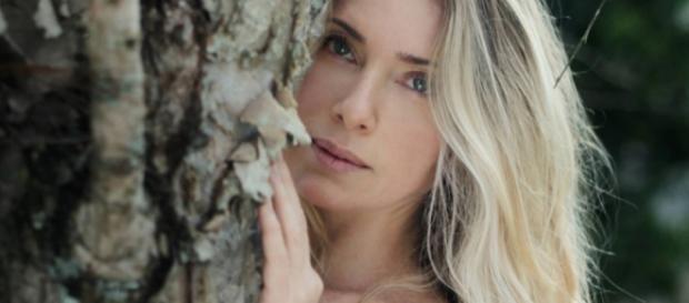 Letícia Spiller faz ensaio nu e deixa tatuagem em lugar estratégico à mostra