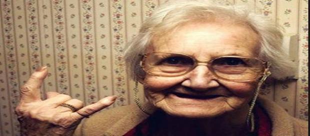 Natural na velhice, os cabelos brancos são causados pelo estresse nos jovens (Banco de imagens Google)