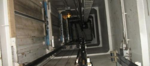 Precipitata nel vano ascensore, una donna di 77 anni è morta sul colpo in uno stabile a Roma.