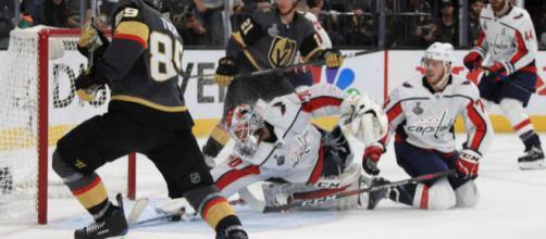 """Holtby hizo la que se puede conocer como """"The Save"""" en la historia de los Capitals. NHL.com."""