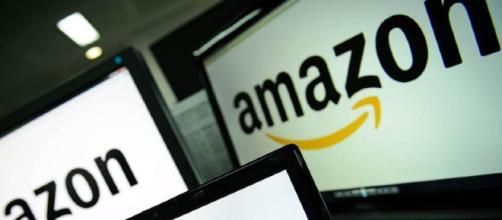 In alto, schermi raffiguranti il logo della casa Amazon