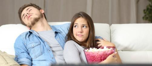 mujer-molesta-porque-su-pareja-se-duerme-durante-las-peliculas ... - mejorconsalud.com