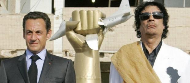 Nicolas Sarkozy accompagné du colonel Kadhafi