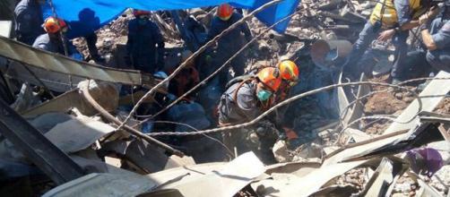 Bombeiros encontram corpo em destroços. (Foto Internet)