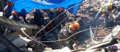 Bombeiros trabalham no local onde foi achado o corpo