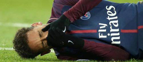 Neymar volta a Paris, mas presença em campo pelo PSG nesta temporada ainda é incerta.