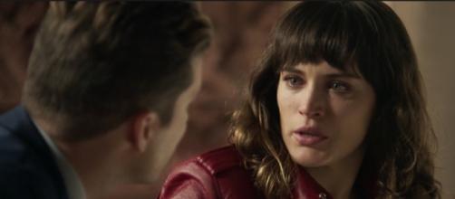 Patrick avisa Clara que ela pode voltar para o hospício em O Outro Lado do Paraíso (Foto: TV Globo)
