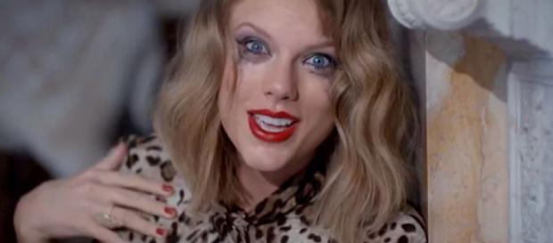 Cena do clipe ''Blank Space'', da cantora Taylor Swift (Captura de vídeo)