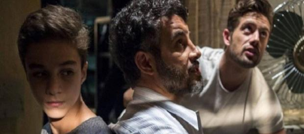 Renato mantém Tomaz e Juvenal reféns em O Outro Lado do Paraíso (Foto: TV Globo)