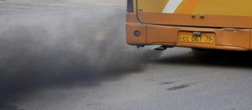 Bus leaving a trail of black smoke. - [Image credit – Ilya Plekhanov / Wikimedia Commons]