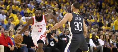 James Harden foi o cestinha do jogo com 30 pontos; Stephen Curry marcou 28.