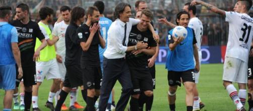 Nella foto della Lega B, Inzaghi abbraccia Stulac, autore della rete del 2-1