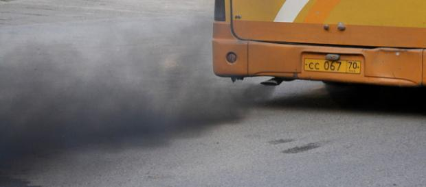 Bus leaving a trail of black smoke. - [Image credit – Ilya Plekhanov / Wikimedia Commons]
