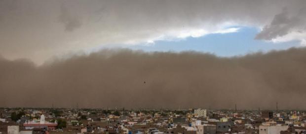 Powerful dust storm lashes north India - (Image via Jaikrishna/Twitter)