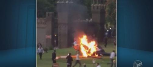 A aeronave pegou fogo após atingir o chão (Captura de vídeo)
